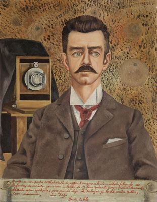 Show Guillermo Kahlo'nun Portresi, 1952, Tuval üzerine yağlıboya,  61 x 47 cm, Museo Frida Kahlo, Coyoacán, Meksika. details